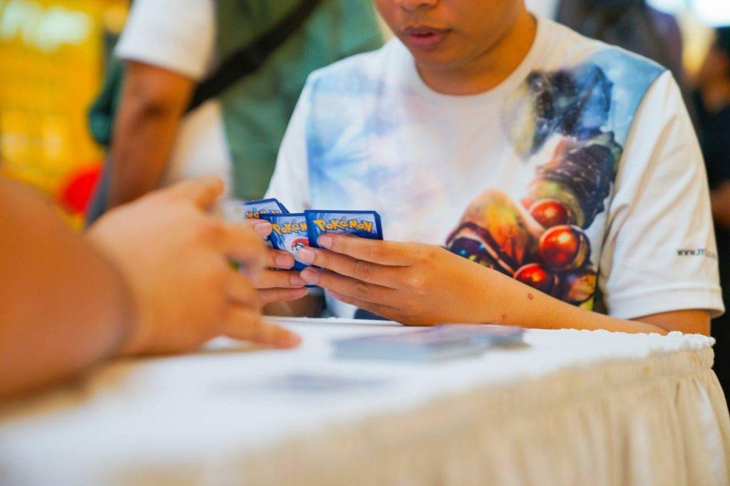 Para pengunjung memainkan Pokémon Trading Card Game yang diselenggarakan oleh PT. Anugerah Kreasi Gemilang / AKG Games di Kota Kasablanka