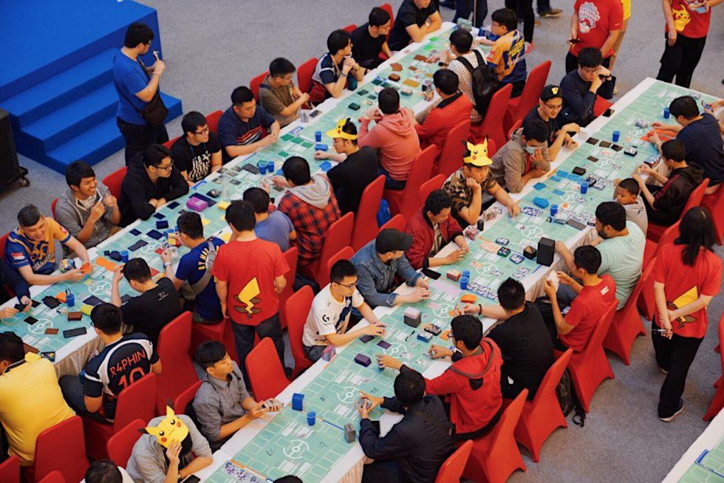 Para pengunjung bermain di Area Bermain Pokémon Hantaman Pertama di Kota Kasablanka, Jakarta yang diadakan oleh PT. Anugerah Kreasi Gemilang / AKG Games